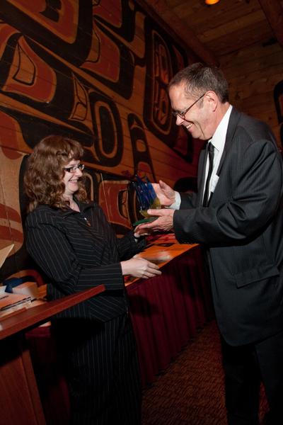 Joanna Leman presents gift to Alan Jawarski, SGSCA President